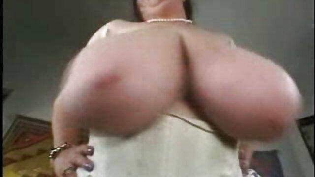 MILF tetona Lavender Rayne disfrazada porno de los 80 en español mientras se masturba