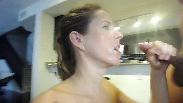 Esposa a través del agujero de la gloria porno online español en el baño chupa una gran polla.