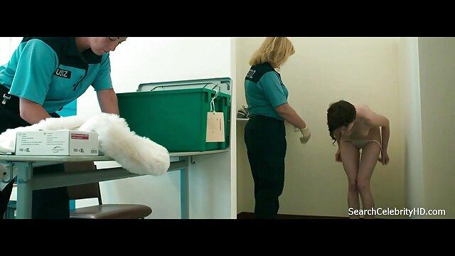 Chica rubia en guantes de látex de cocina peliculas porno online en castellano